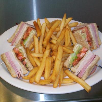 skinny-dugans-restaurant-club-sandwich